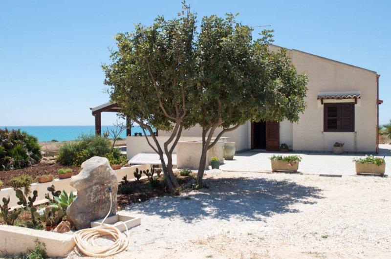 Villa Daniela fronte mare Sampieri Costa di Carro, holiday rental in Sampieri