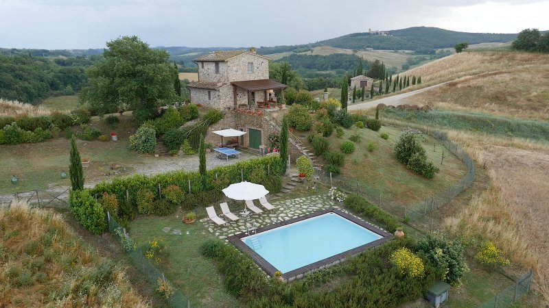 Private cottage with 2 bedrooms and private pool. Villa Le Crete, Valdorcia area, alquiler vacacional en Castelmuzio