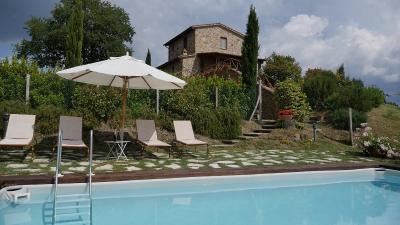Villa Le Crete, private house with 2 bedrooms. Pool and WiFi in the Val d'Orcia!, location de vacances à Castelmuzio