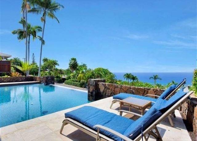 Lounge a bordo piscina con vista sull'oceano ..