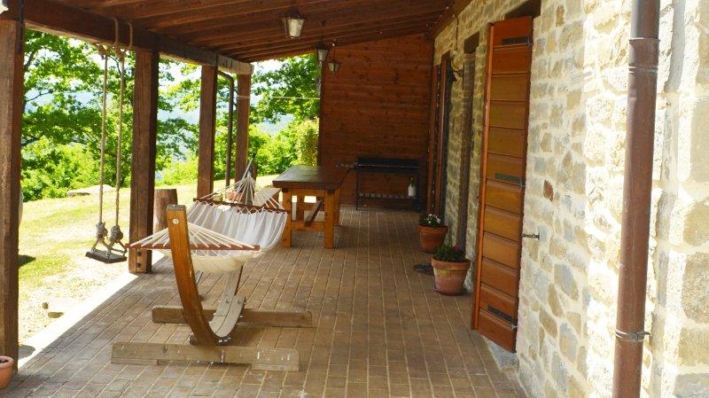porticato all'ingresso con amaca, altalena, tavola e barbecue mobile