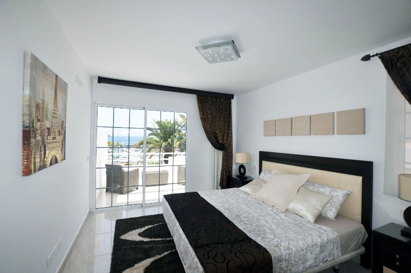 Lovely apartment on 3 levels and 4 bedrooms on the 1st line, vacation rental in Playa de Fanabe