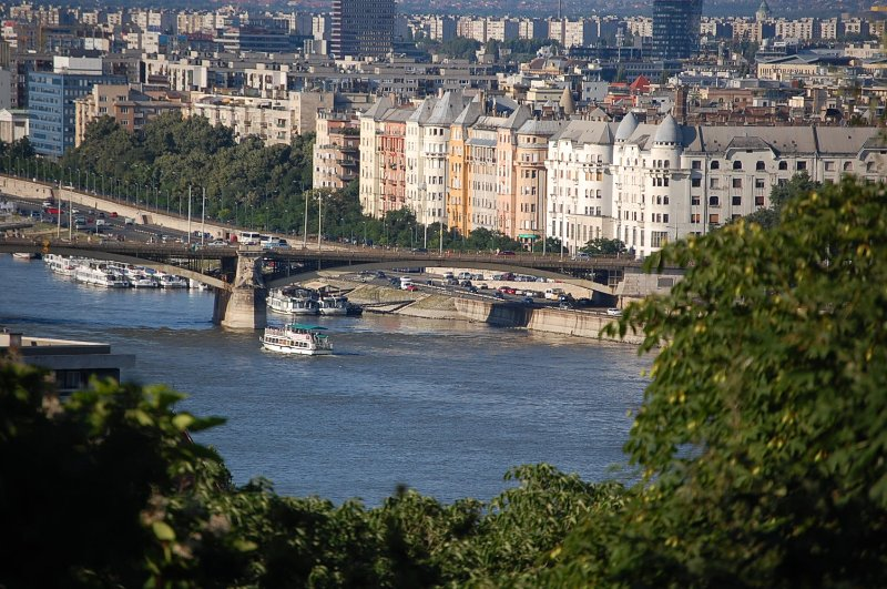 il nostro edificio è il 2. dal ponte Margherita dopo quella casa, ottima - posizione da sogno