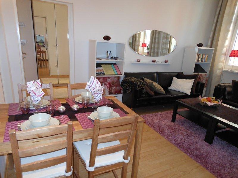 Esstisch für 4 - 6 Personen, beachten Sie, dass 2 Personen auf den Sofas im Wohnzimmer schlafen können