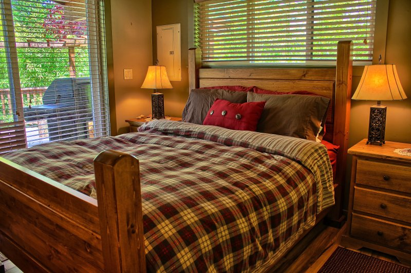Queen bed in the 1BR