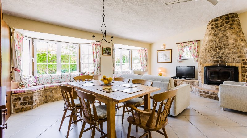 Salon spacieux avec cuisine bien équipée, baies vitrées, 6 places table à manger et la télévision par satellite.