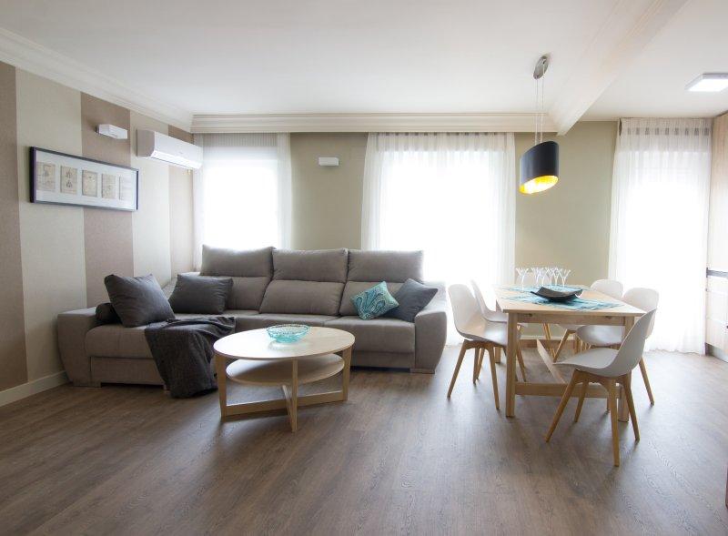 Amplio y luminoso salon con aire acondicionado.