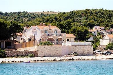 Bonacic Palace-stone house by the sea, aluguéis de temporada em Slatine