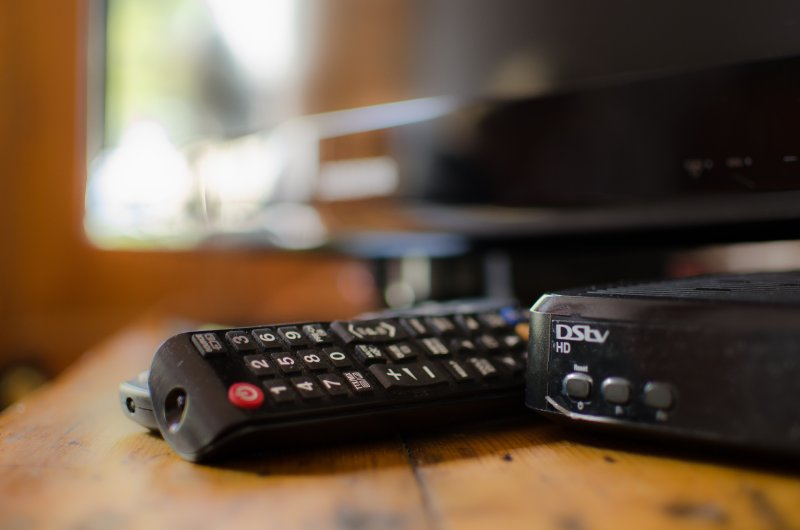 televisão de tela plana com canais selecionados DSTV