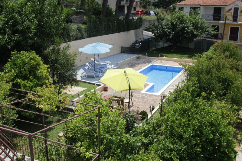 Wide Apartment with Pool & Terrace, vacation rental in Podstrana