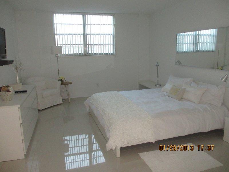 Dormitorio  Principal  cama King todos los cubrecamas con plumones y sabanas blancas