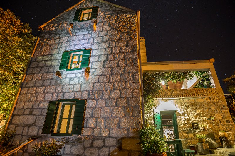 Villa Lipa por la noche
