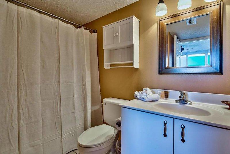 Hauptbadezimmer. Reisetube Seife, Shampoo und Lotion werden zur Verfügung gestellt.