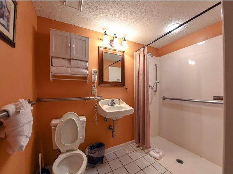 2. Bad mit barrierefreiem Zugang wie breite Tür, Ebene Roll-in Bad und Tragschienen.