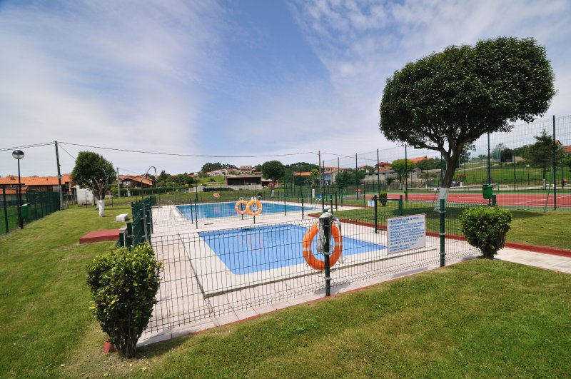Fenced swimming pools for children safety