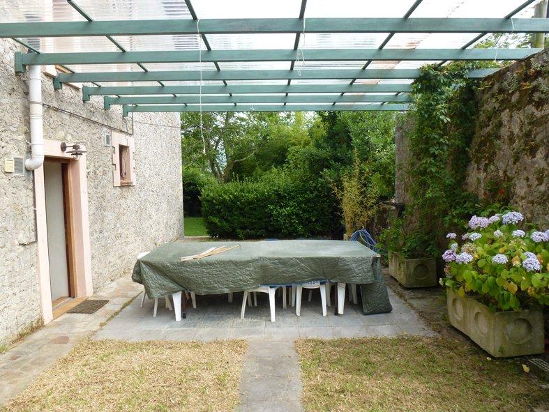 Jardin con cenador cubierto. Comunicación directa con cocina. Totalmente privado y cerrado.