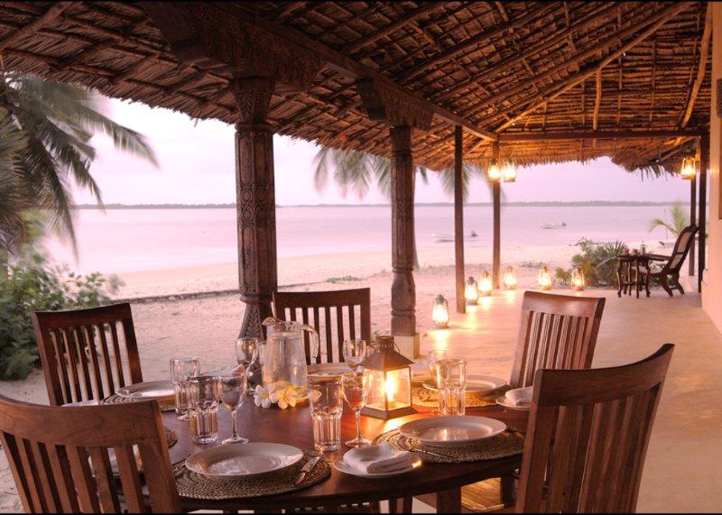 Mittagessen nach oben und dann Abendessen auf der Veranda am Strand.