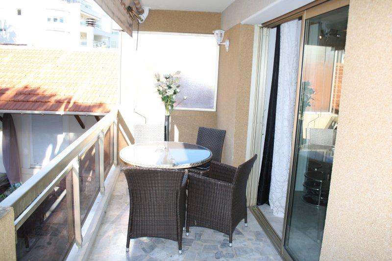 une superbe terrasse ensoleillée de 12 h à 17h30 de 13 m² donnant sur jardin fleuri « très calme »