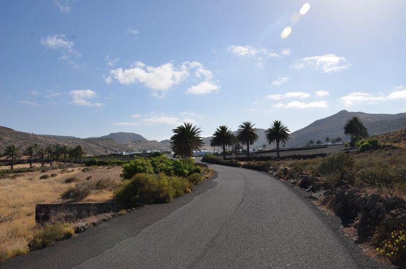 Entrada al pueblo de Maguez desde el camino de la Cueva de los Verdes