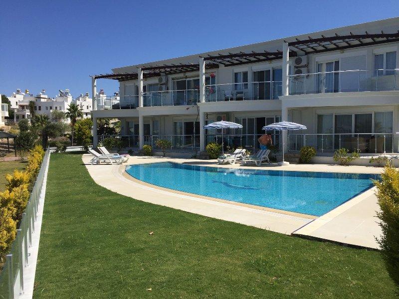 Vista desde la playa, la villa tiene la posición privilegiada de estar a la derecha, al final de la terraza.