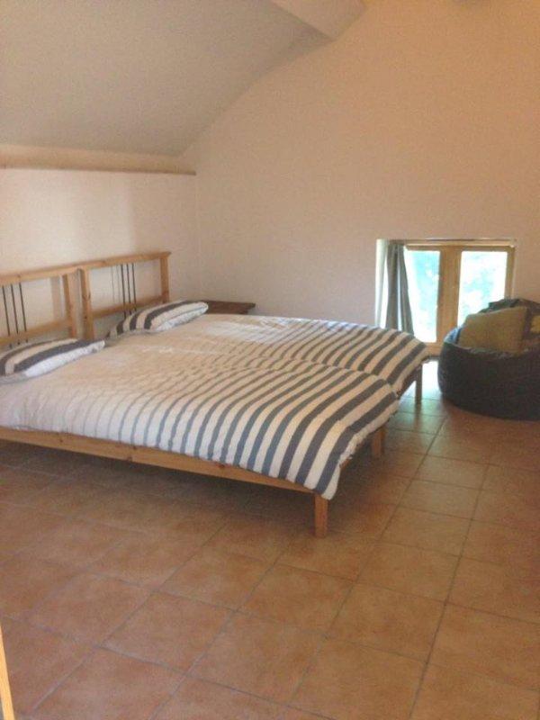 Chambre 2 couchages trois lits simples et deux dans un lit double