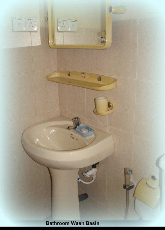 Wäsche-Bassins in Badezimmer an allen 4 Schlafzimmer.
