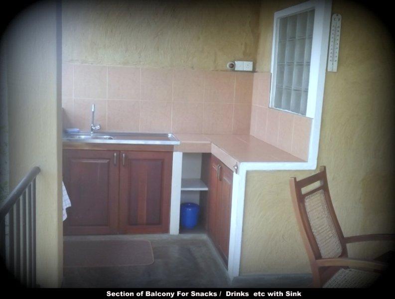 Abschnitt von Balkon für Getränke / Essen usw. mit Waschbecken.