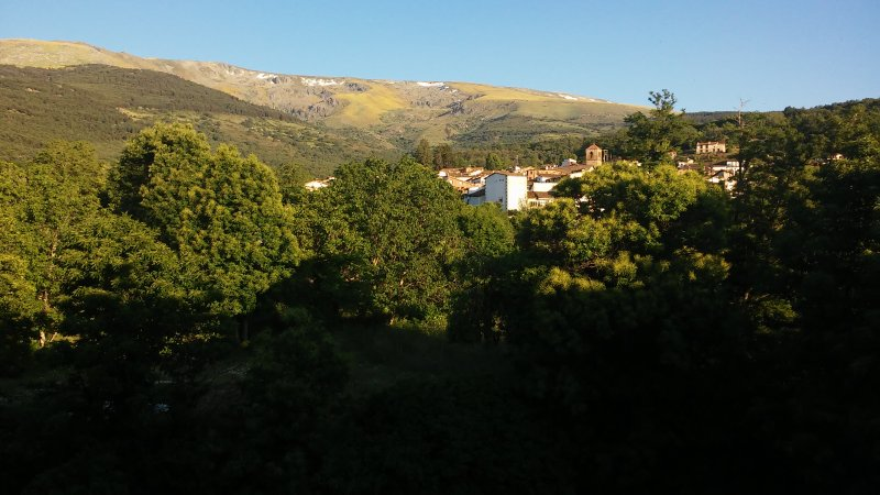 Vistas de la Sierra y el pueblo de Candelario desde la habitación verde