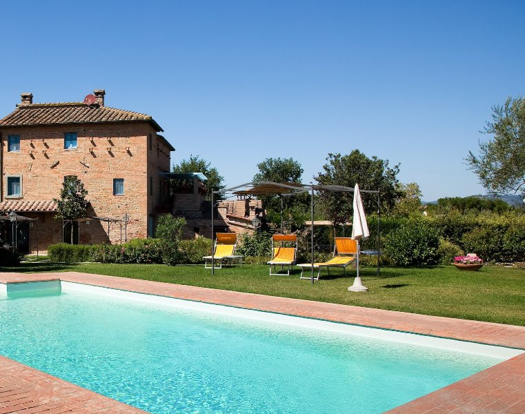 Villa Il Casone, large farmhouse with great pool, holiday rental in Montecchio