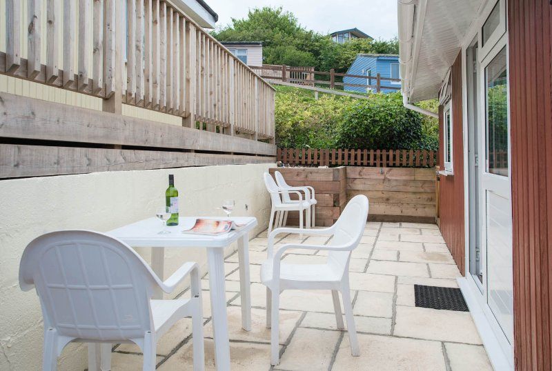 SECURE GATED DETACHED SEA VIEW CHALET  SLEEP 6  OWN DECK & PATIO GOLF OPPOSITE, holiday rental in Teignmouth