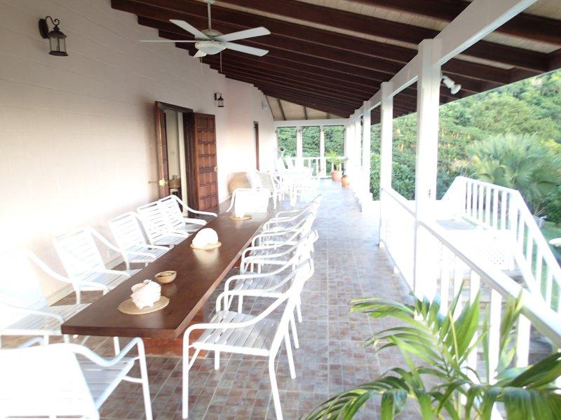 La galería principal con su impresionante mesa de las bebidas en la construcción de varias maderas del Caribe