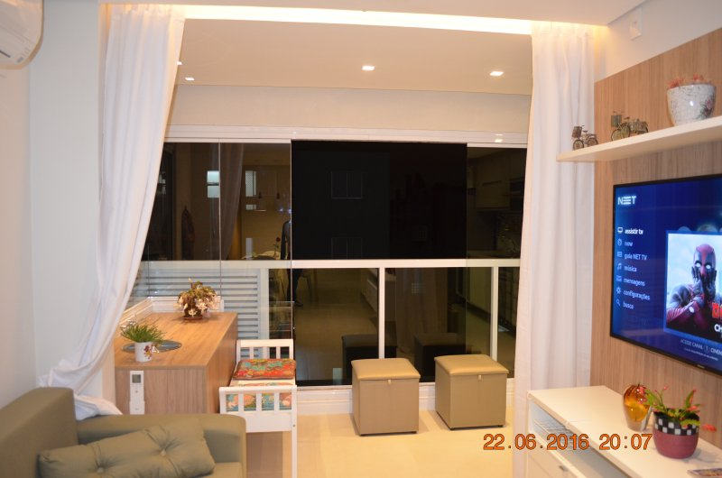 Ambiente integrado com varanda, envidraçada, cortinas, sofá cama, Smart TV 52', 150 canais, netflix