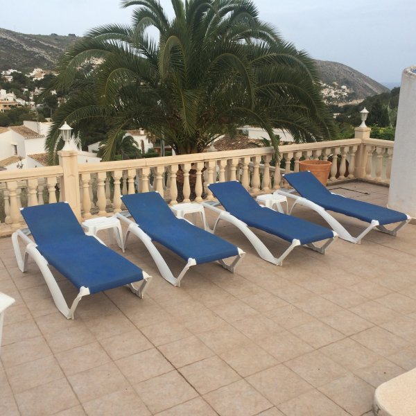 4 of the 10 sun loungers