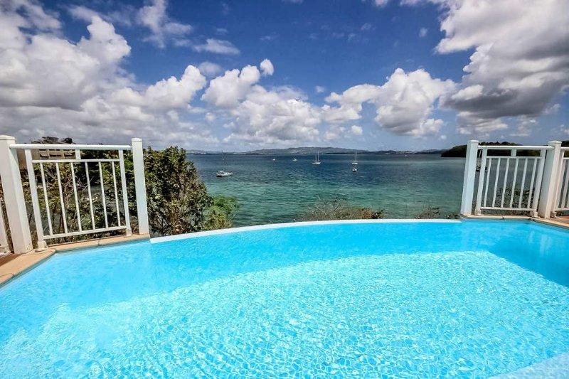 La piscine à débordement avec vue mer