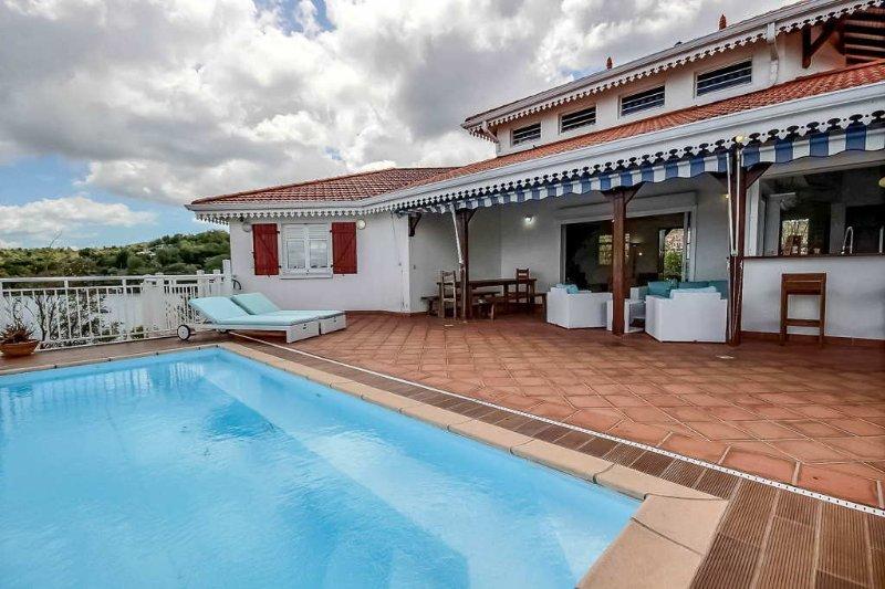 Villa contemporaine avec piscine à débordement et vue mer