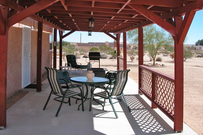 Le patio couvert est l'endroit idéal pour profiter du paysage désertique.