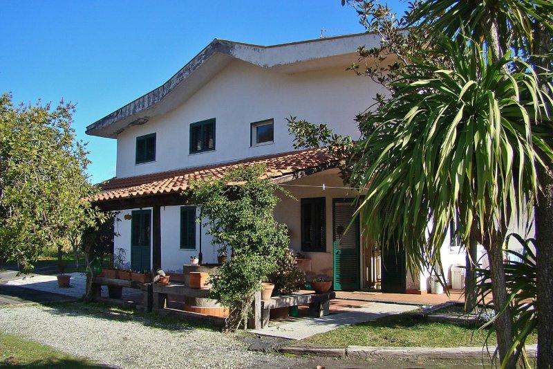La villa ha un giardino grande e un vigneto. Ha due terrazze grande e un parcheggio privato.