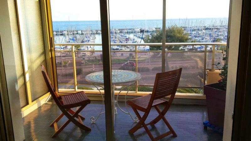 Superbe studio avec terrasse en front de mer, holiday rental in St-Laurent du Var