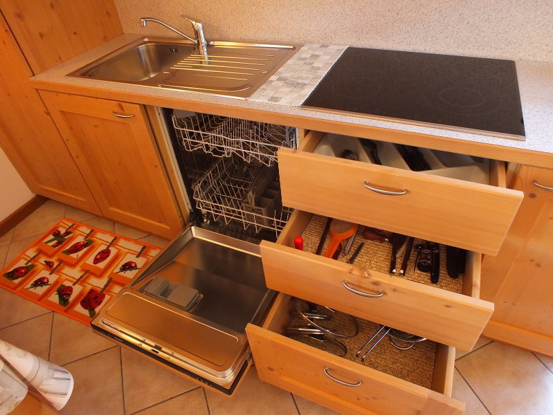 Cucina attrezzata con lavastoviglie, forno microonde, piastra in vetroceramica, frigo