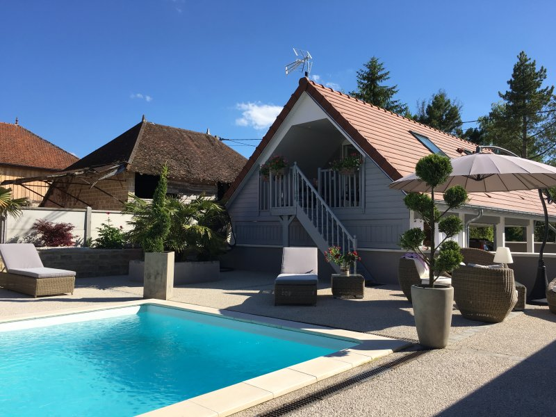 APPARTEMENT PRIVE PISCINE MAXI 4 PERSONNES, vacation rental in Clerey