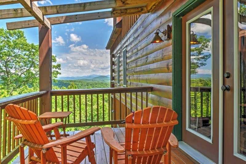 Secluded Morganton Cabin w/ Wooded Views & Hot Tub, holiday rental in Culberson