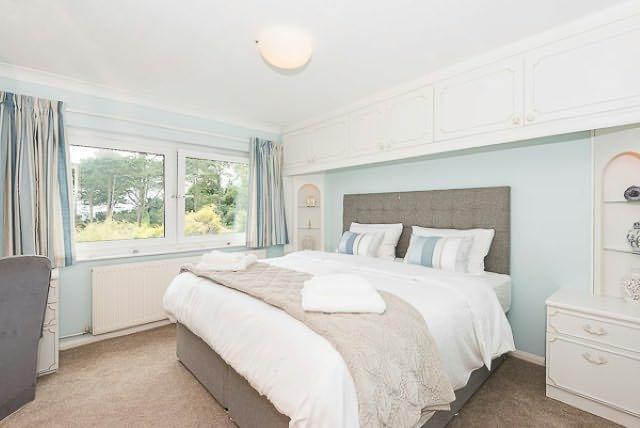 L'élégante chambre principale a un lit superking taille et donne sur la mer.