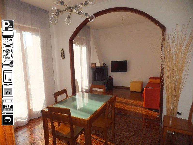 Salone e soggiorno con divano letto ed accesso al balcone abitabile