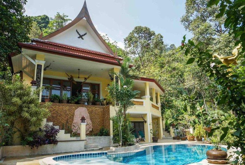 villa avec piscine dans jardin tropicale, holiday rental in Phuket Town