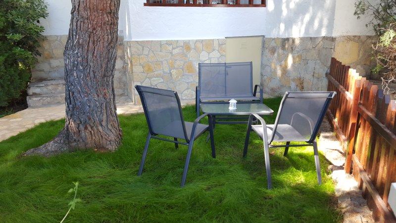 Apartamenro con jardin,terraza privados enfrente de piscina y alado de playa,restaurantes,nautico...