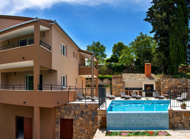 Villa Mosor with heated pool and whirpool near Split and Omiš, alquiler de vacaciones en Omis