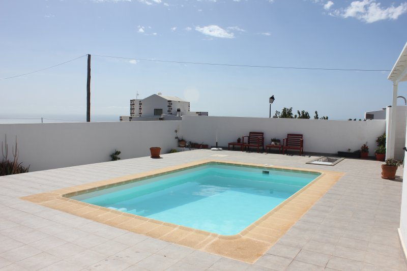 Cozy apartment with swimming pool and sea views, holiday rental in La Asomada