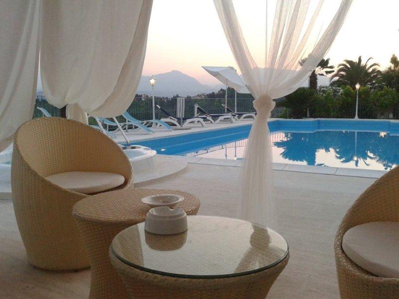 Grande Villa panoramica con piscina riscaldata, holiday rental in Controguerra