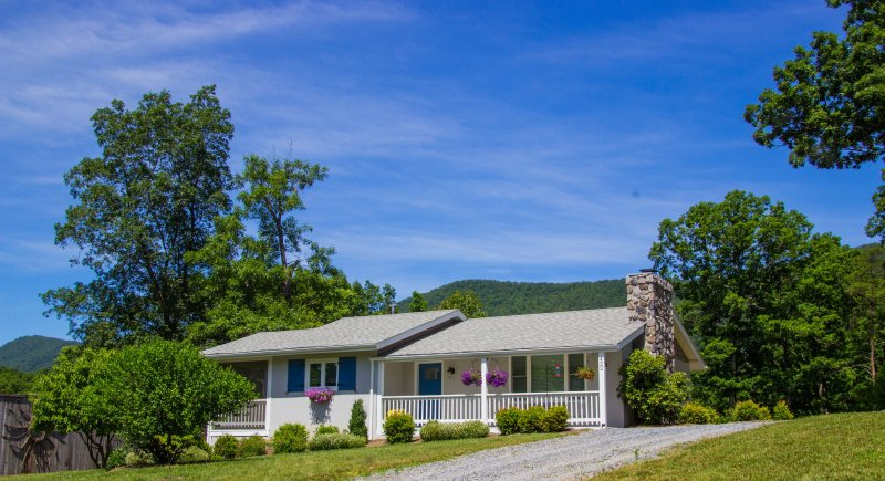 Hillside cottage with mountain sunrise & sunset views, relaxing, peacful setting.