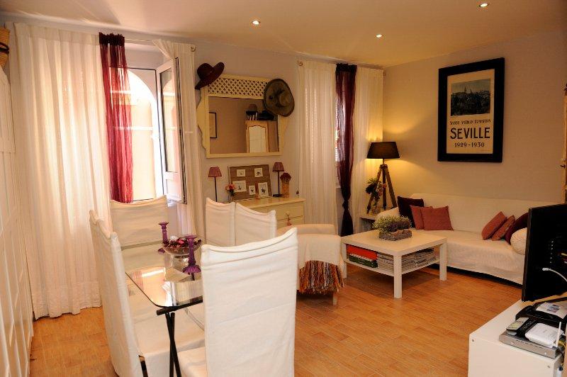 Encantador y comfortable apartamento en Santa Cruz, location de vacances à Lora del Rio